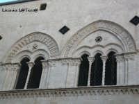 Particolare del piano superiore del Palazzo Mergulese-Montalto, si notino la trifora e la bifora. Sito in Ortigia  - Siracusa (4821 clic)