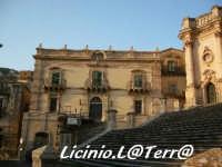 Palazzo Polara lungo la scalinata del Duomo di S. Giorgio  - Modica (7932 clic)