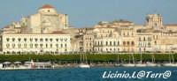 La Cattedrale, la Chiesa del Colleggio e la banchina della Marina, visti dal Porto Grande  - Siracusa (2588 clic)