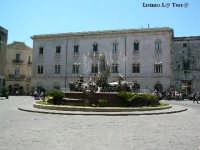 Ortigia culla del Mediterraneo Piazza Archimede in Ortigia, creata tra il 1872 e il 1878, tramite l'abbattimento delle precedenti costruzioni. Al centro la fontana di Artemide, opera di Giulio Moschetti  - Siracusa (2041 clic)