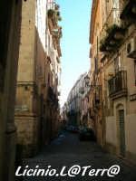 Vicoli d'Ortigia Via Larga, chiamata così perché era la più larga di allora, si trova nel quartiere della Giudecca,  chiamato Iureca in Siracusano  - Siracusa (1741 clic)