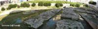 L'Arsenale Greco visto da Sud. E' costituito da profondi solchi e parti di fondamenta scavati nel banco di roccia calcarea, dove vi erano posizionate delle macchine che servivano a tirare a secca le navi, si trova vicino allo Sbarcadero S. Lucia sul Porto Piccolo  - Siracusa (3262 clic)
