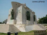 Il monumento ai caduti in Africa, sito nella scogliera dei Cappuccini  - Siracusa (3088 clic)