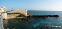 Il Forte Vigliena sul lungomare di Levante di Ortigia, parte delle antiche fortificazioni Spagnole, la roccia calcarea su cui è costruito si estende verso il mare creando una piccola insenatura, che nel periodo estivo tramite la scala in ferro che si può vedere, permette la discesa a mare e negli scogli  - Siracusa (4500 clic)