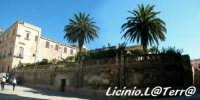 Il muro del Giardino dell'Arcivescovado, al centro l'accesso sotterraneo all'ipogeo di Piazza Duomo  - Siracusa (2640 clic)