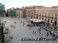Visuale Sud della Piazza vista dal balcone del Palazzo Vermexio, si possono notare a sinistra le due statue di S. Pietro e S. Paolo che ornano la scalinata d'ingresso della Cattedrale  - Siracusa (3622 clic)