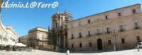 Piazza Duomo vista da Ovest, si notino in ordine da sinistra, Il Palazzo Vermexio, la Cattedrale e il Palazzo Arcivescovile  - Siracusa (1427 clic)