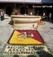Particolare dell'Infiorata 2005, lo stemma della Regione Siciliana nella loggia del Mercato  - Noto (3546 clic)