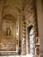 Particolare del vestibolo dove si affaccia il secondo prospetto della Cattedrale, si possono ammirare le splendide colonne tortili ornate da viti  - Siracusa (2206 clic)
