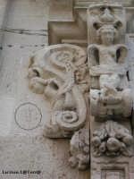 Particolare del portale della chiesa di S. Filippo Neri, si vede nel cerchio scolpita una lucertola, simbolo di G. Vermexio che lo progettò  - Siracusa (2299 clic)