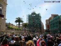 Il lancio dei colombi in Piazza Duomo per la Festa di Maggio di S. Lucia delle quaglie  - Siracusa (4149 clic)