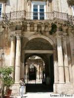 Ortigia culla del Mediterraneo Particolare dell'ingresso del Palazzo Beneventano in Piazza Duomo in Ortigia  - Siracusa (1983 clic)