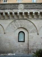 Particolare del Palazzo Migliaccio, edificio del XV Sec.La particolarità sta nel balcone, realizzato utilizzando a zig-zag, la pietra calcarea siracusana e la pietra lavica dell'Etna, unico esempio a Siracusa. Oggi risulta inglobato nell'Hotel Des Etrangers et Miramare in Ortigia  - Siracusa (2442 clic)