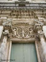 Ortigia culla del Mediterraneo Particolare della Chiesa di S. Lucia alla Badia in Ortigia. Le due colonne tortili tengono un frontone spezzato, è decorato da una cornice con raggi, al centro una colonna, la spada, la palma e la corona, simboli del martirio di S. Lucia  - Siracusa (2829 clic)