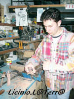 Artigiano al lavoro per la costruzione dei pupi siciliani, Ortigia  - Siracusa (2736 clic)