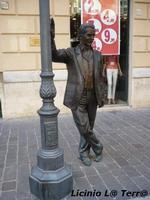 Statua in bronzo del Commissario Montalbano, sito in Via Roma, opera dello scultore Giuseppe Agnello.  - Porto empedocle (1286 clic)