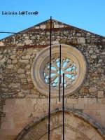 Particolare del prospetto della Chiesa di S. Giovannello in Ortigia, esso ricostruito in vari momenti ha assunto questa conformazione. Il Portale, il rosone e la punta superiore non sono allineati, come si vede dalle linee che ho tracciato  - Siracusa (1781 clic)