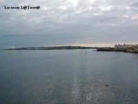 Il Castello Maniace e difronte la Penisola Maddalena. Le due punte che chiudono il porto Grande  - Siracusa (2445 clic)
