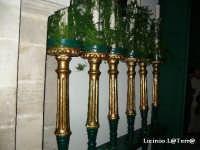 6 dei 12 ceri che accompagnano la processione di S. Lucia, vengono portati dai berretti verdi 6 per lato al simulacro  - Siracusa (2478 clic)