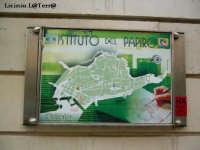 Insegna dell'Istituto del Papiro, mostra la cartina di Ortigia  - Siracusa (2615 clic)