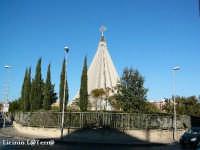 Il Santuario della Madonnina delle Lacrime e il Parco, visti dalla strada. Inaugurato il 6 Novembre del 1994 dal Santo Padre Papa Giovanni Paolo II il Grande  - Siracusa (2083 clic)