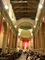 La navata centrale della Chiesa di S. Lucia fuori le mura. Si può scorgere in fondo sull'altare il simulacro argenteo di S. Lucia e ai suoi piedi le reliquie del corpo di S. Lucia  - Siracusa (3124 clic)