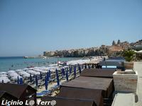 La spiaggia e sullo sfondo il centro abitato con le torri della Cattedrale.  - Cefalù (762 clic)