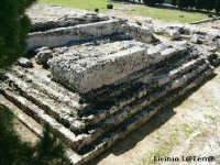 Particolare Nord dell'Ara di Ierone II, Parco Archeologico della Neapolis. E' un immenso altare fatto costruire da Ierone II, le sue misure sono imponenti, lungo circa 200 metri e largo 23.   - Siracusa (4366 clic)