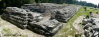 Panoramica Nord dell'Ara di Ierone II, Parco Archeologico della Neapolis. E' un immenso altare fatto costruire da Ierone II, le sue misure sono imponenti, lungo circa 200 metri e largo 23.    - Siracusa (4515 clic)