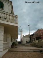 Il faro visto dalla scalinata della casa dove si gira la fiction Il Commissario Montalbano  - Punta secca (5012 clic)