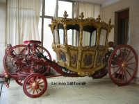 Carrozza del Senato, posta all'interno del Palazzo Vermexio ad Ortigia. Segue la processione di S. Lucia per la città  - Siracusa (5645 clic)