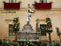 Simulacro argenteo di S. Lucia in processione davanti l'Arcivescovado in Piazza Duomo nella processione del 13 Dicembre  - Siracusa (2761 clic)
