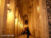 Navata destra della Cattedrale, da notare le magnifiche colonne Doriche sulla destra e le mura della cella aperte sulla sinistra dell'iniziale Tempio Greco  - Siracusa (2217 clic)