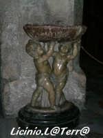 Splendida acquasantiera in marmo, rappresenta due puttini, opera di G. Puglisi del 1802 all'interno del Duomo  - Siracusa (2462 clic)
