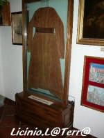 Racchiusa all'interno di due lastre di vetro è racchiuso una veste appartenuta a S. Lucia. Museo di S. Lucia, Battistero all'interno del Duomo  - Siracusa (1666 clic)