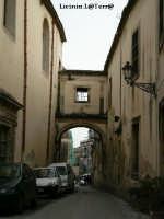 Vicoli d'Ortigia Via Delle Vergini ad Ortigia. Particolare architettonico di collegamento tra il Convento di Montevergini e S. Lucia la Badia  - Siracusa (2202 clic)