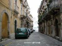 Vicoli d'Ortigia Via Roma verso il mare, qui la strada prende l'appellativo di TURBA  - Siracusa (1848 clic)