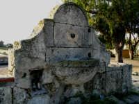 www.demetra.info Fontana di Falconara  Prima che il tempo e gli uomini la distruggano,come tanti altri segni della nostra Storia,famosa e meno famosa.....  - Licata (4985 clic)