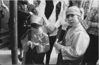Festa dell'Addolorata - Bambine che indossano la veste della Madonna (foto archivio parrocchiale)  - Licata (5571 clic)