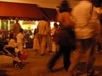 Festa di San Giuseppe Il paese in movimento, Famiglie con Passeggini e bimbi  davanti ad un noto Bar nella via principale.  - Menfi (4903 clic)