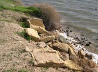 Costa prospicente Mozia: resti di sarcofaghi punici abbandonati alle incurie del tempo e degli uomini  - Marsala (6681 clic)