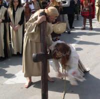 Processione del Giovedì Santo: Gesù si rialza con l'aiuto di Simone di Cirene che poi porterà la croce al Golgota    - Marsala (6628 clic)