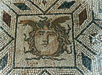 Lo splendido mosaico policromo della medusa contenuto in una sala del complesso termale della Villa Romana di Capo Boeo  - Marsala (11650 clic)