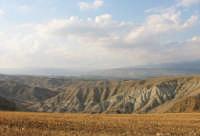 le splendide montagne di argilla di paternò, nei pressi dell'agriturismo gianferrante  - Paternò (2716 clic)