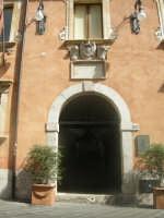 Mi ha colpito il portico molto elegante, dopo mi sono accorto che era l'ingresso del comune di Taormina.  - Taormina (2520 clic)