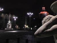 Suggestiva immagine di Piazza Duomo a Catania. In primo piano la fontana del lenzuolo, sullo sfondo l'elefante inteso u liotru...   - Catania (2240 clic)