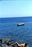 isola di Alicudi turista al sole  - Eolie (5905 clic)