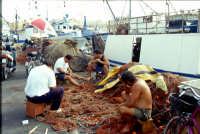 isola di Favignana porto e pescatori che riparano le reti   - Egadi (6335 clic)