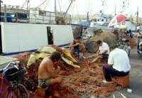Favignana, porto, pescatori e reti   - Egadi (6966 clic)