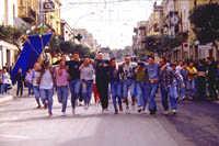 Ribera, Pasqua, ragazzi  che scendono lungo la via     - Ribera (8421 clic)